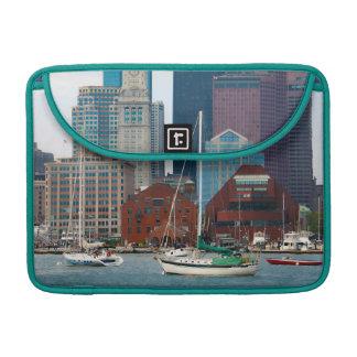 米国、マサチューセッツ。 ボストン水辺地帯のスカイライン MacBook PROスリーブ