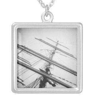 米国、マサチューセッツ、ボストン。 高い船のマスト シルバープレートネックレス