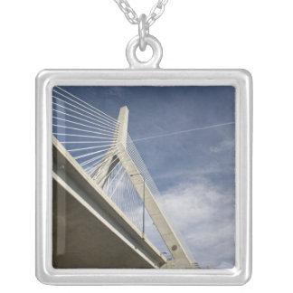 米国、マサチューセッツ、ボストン。 Zakim橋 シルバープレートネックレス