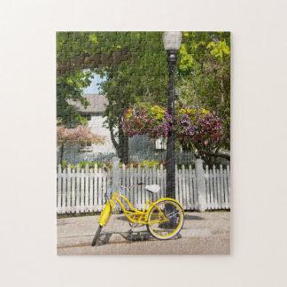 米国、ミシガン州のMackinacの島。 黄色いバイク ジグソーパズル