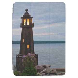 米国、ミシガン州。 ヤードの装飾の灯台 iPad AIR カバー