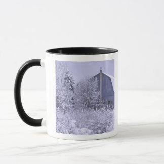米国、ミシガン州、ロチェスターの丘。 Snowyの青 マグカップ