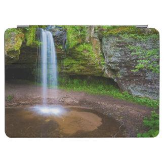 米国、ミシガン州。 上部のミシガン州のスコットの滝 iPad AIR カバー