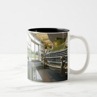 米国、ミシガン州、Auburn Hills: ウォルターP. Crysler ツートーンマグカップ