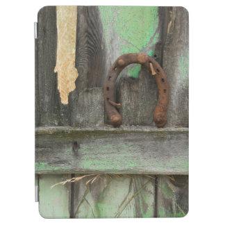 米国、モンタナ。 古い塀の錆ついた蹄鉄 iPad AIR カバー
