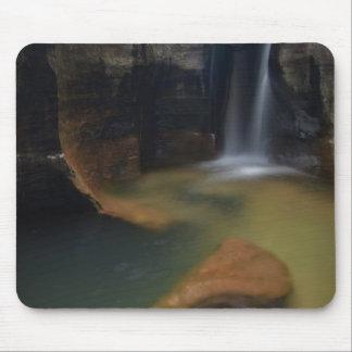 米国、ユタのザイオン国立公園。  鍵穴の滝 マウスパッド
