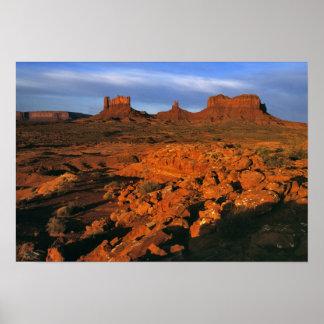 米国、ユタの記念碑の谷。 日没ライト ポスター