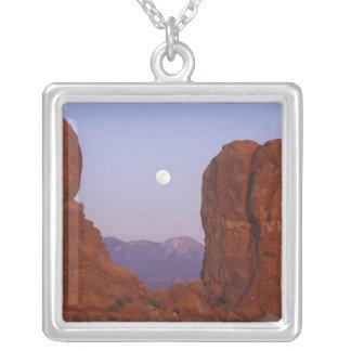 米国、ユタは、NPのに上がる満月をアーチ形にします シルバープレートネックレス