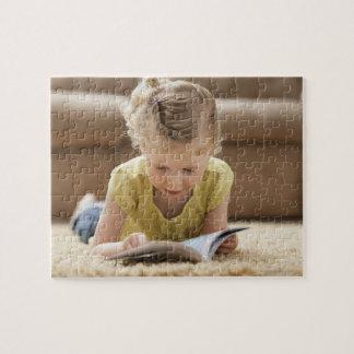 米国、ユタ、Lehiの敷物にあっている女の子(2-3) ジグソーパズル