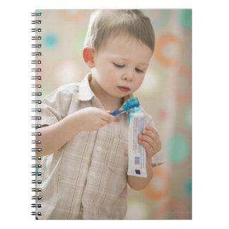 米国、ユタ、Lehiの男の子の(2-3本の)ブラシをかける歯 ノートブック