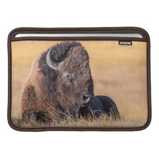 米国、ワイオミングのイエローストーン国立公園、バイソン MacBook スリーブ