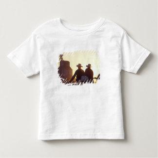 米国、ワイオミングのマツ絶壁。 2人の振動 トドラーTシャツ