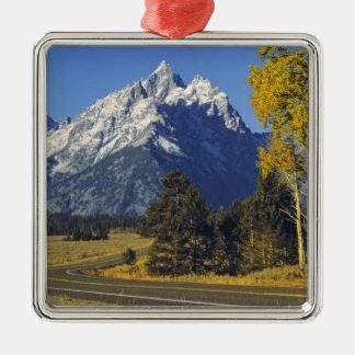 米国、ワイオミング、壮大なTeton NP。 Tetonのパークウェイ メタルオーナメント