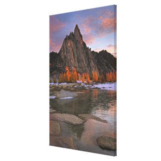 米国、ワシントン州の滝山。  Prusikのピーク キャンバスプリント