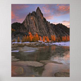 米国、ワシントン州の滝山。  Prusikのピーク ポスター