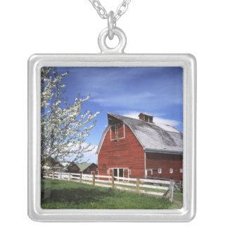 米国、ワシントン州、Ellensburgの納屋 シルバープレートネックレス