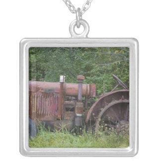 米国、ヴァーモント、マンチェスター: 旧式な農場トラクター シルバープレートネックレス