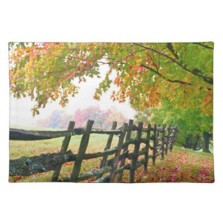 米国、ヴァーモント。 紅葉の下の塀 ランチョンマット