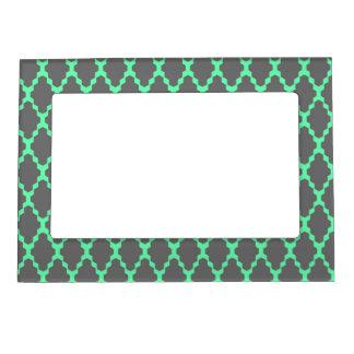 粋で幾何学的なチェック模様の黒いティール(緑がかった色)パターン芸術 マグネットフレーム