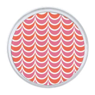 粋で幾何学的なパターンピンクのオレンジ波状は縞で飾ります シルバー ラペルピン