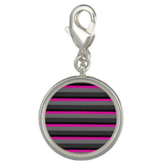 粋で明るいネオンピンクの黒いおよび灰色のストライプの チャーム