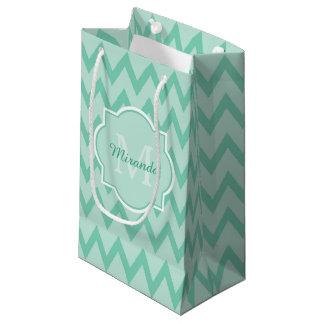 粋で真新しい緑のシェブロンのジグザグ形の名前およびモノグラム スモールペーパーバッグ