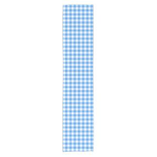 粋で青および白いギンガムの点検パターン ショートテーブルランナー