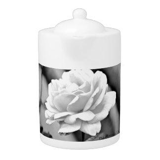 紅茶のポットの白いバラ