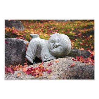 紅葉が付いているおもしろいで日本のな修道士の彫像 フォトプリント