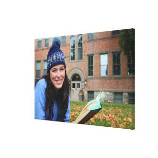 紅葉で調査しているかわいらしい大学生 キャンバスプリント