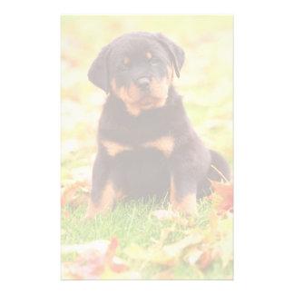 紅葉に坐っているロットワイラーの子犬 便箋