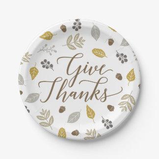 紅葉は感謝の感謝祭のプレートを与えます ペーパープレート