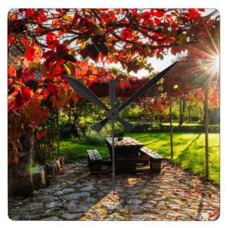 紅葉を通した日曜日、クロアチア スクエア壁時計