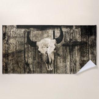 納屋に対する角が付いている素朴な水牛のスカル ビーチタオル