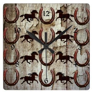納屋の木製のカウボーイのギフトの馬の蹄鉄 スクエア壁時計