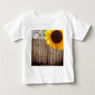 納屋の木製のレースの素朴な国のヒマワリ ベビーTシャツ