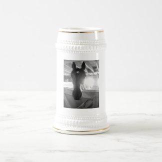 納屋の馬の白黒写真撮影 ビールジョッキ