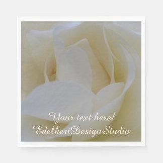 紙ナプキンの上の白いバラの終わり スタンダードランチョンナプキン