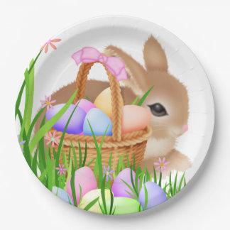 紙皿がイースターのウサギによっておよびバスケットはパーティを楽しみます ペーパープレート
