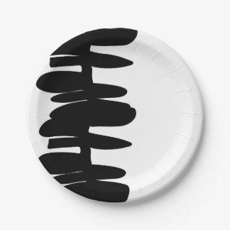 紙皿の上で積み重ねられる ペーパープレート