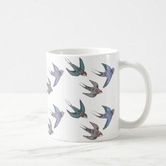 素早く急襲のつばめのマグ コーヒーマグカップ