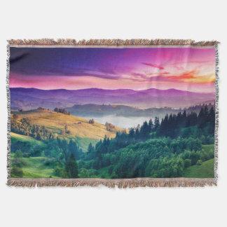素晴らしい朝山の景色。 曇り スローブランケット