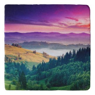 素晴らしい朝山の景色。 曇り トリベット