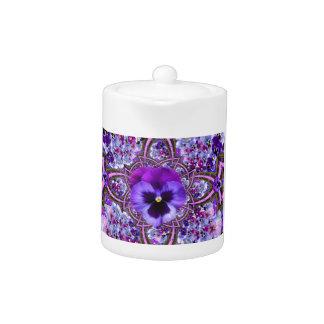 素晴らしい薄紫の紫色のパンジーの庭の芸術
