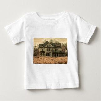 素朴で古い農場の家 ベビーTシャツ