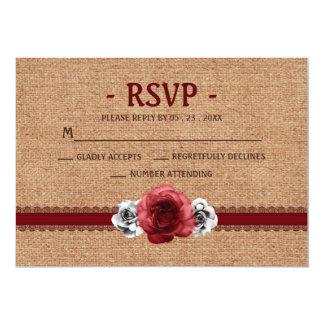 素朴で赤いバラ- RSVPカードを結婚するバーラップのレース カード