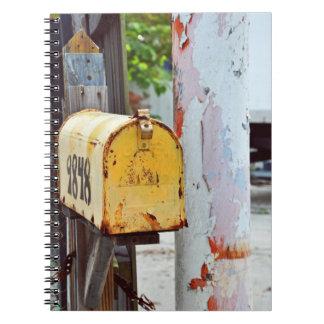 素朴で黄色いポスト ノートブック