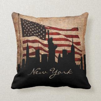 素朴なアメリカの旗のニューヨークのスカイライン|の陸標 クッション