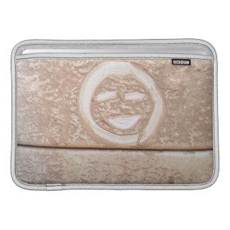 素朴なスマイルのスマイリーフェイスの泥の泥の土の汚れた顔 MacBook スリーブ