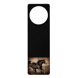 素朴なセピア色の疾走する馬 ドアノブプレート